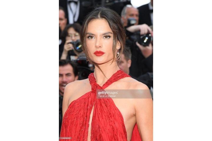 Thảm đỏ LHP Cannes 2019 ngày 2: Alessandra Ambrosio khoe vòng 1 hờ hững, Elle Fanning xinh nhưng liệu có nhạt?
