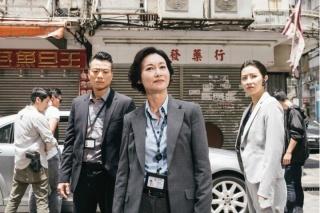 Mừng phim thành công, ảnh hậu Hong Kong đội tất chân ra đường