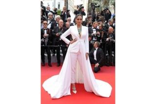 Sao Ấn Độ Sonam Kapoor 'lấp ló' ngực đầy tại LHP Cannes