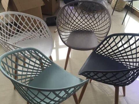 Bộ ghế nhựa chân gỗ cho không gian quán cafe bền đẹp